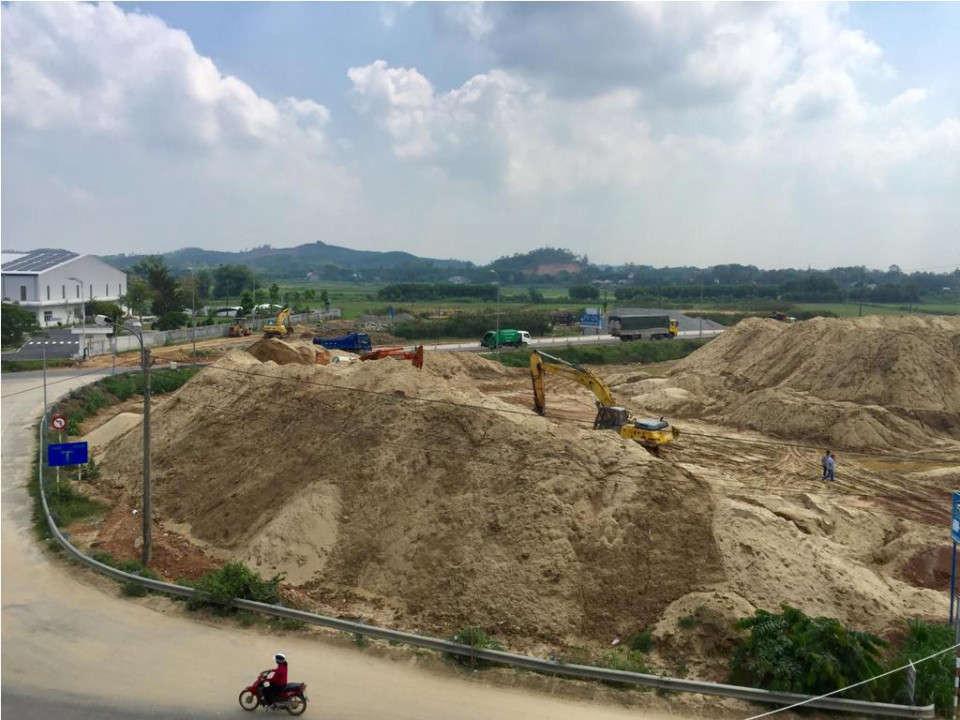 Tại một số vị trí, cát được đổ trữ tràn ra sát với lề đường giao thông, ảnh hưởng đến việc đi lại của người dân
