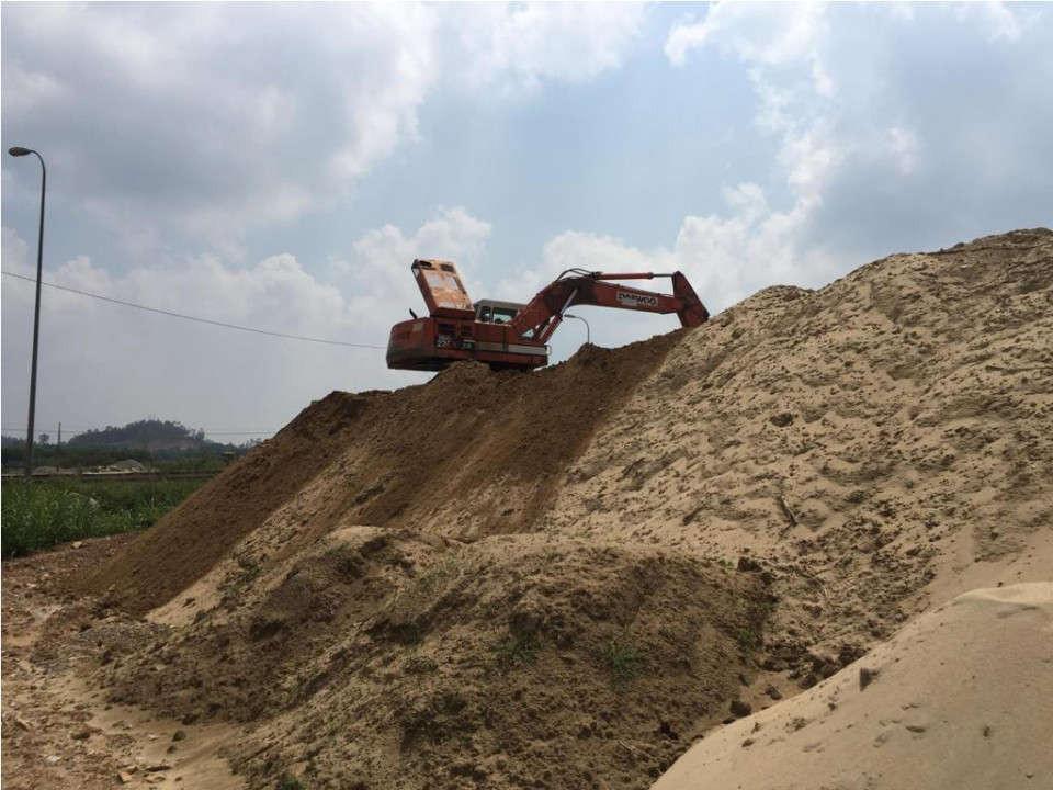 """Núi cát án """"khổng lồ"""" nằm ngay cửa ngõ phía Bắc TP. Quảng Ngãi gây ô nhiễm, mất mỹ quan, mất an toàn giao thông khiến người dân bức xúc"""