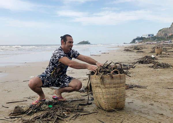 Anh Aydin, du khách đến từ Thổ Nhĩ Kỳ cùng tham gia dọn rác tại Bãi Sau