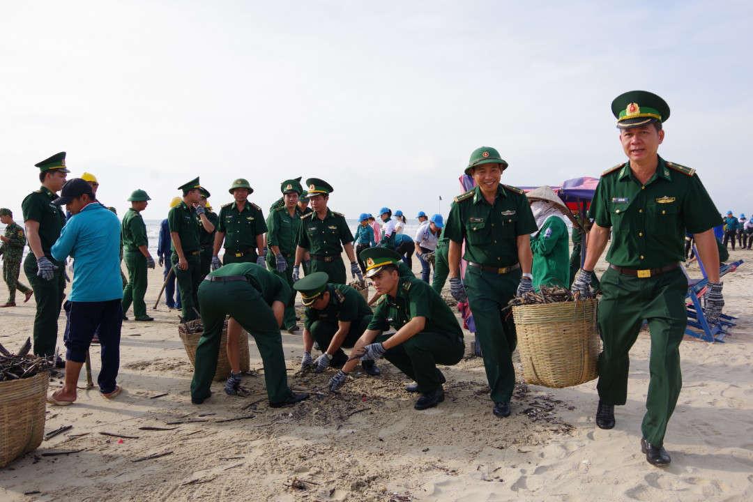 BĐBP tỉnh BRVT tham gia don rác trên bai bien