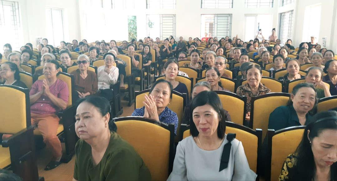 Ảnh 1 Hội trường Thị trấn Trường Sơn chật kín người đến tham dự buổi tuyên truyền
