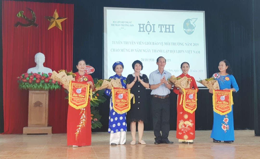 Ảnh 2 Ban tổ chức trao cờ cho các đội thi