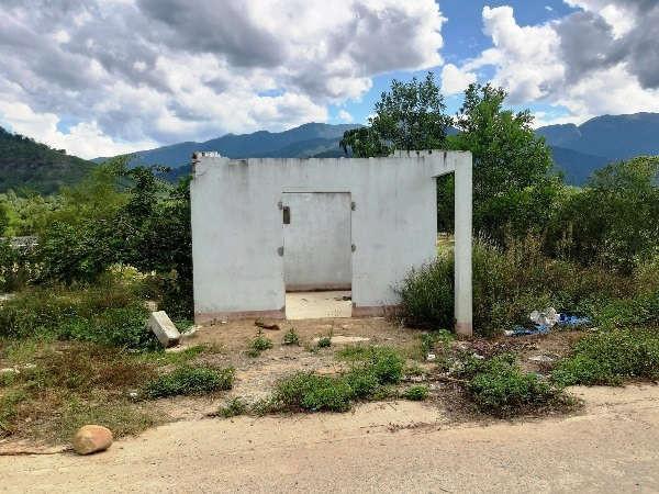 Lo sợ sạt lở, nhiều gia đình ở xã Phước Hiệp đã bỏ nhà, di dời đến nơi ở mới