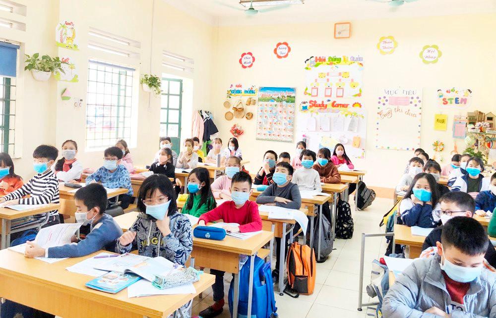 Toàn bộ học sinh đều đeo khẩu trang khi ngồi học để đảm bảo công tác phòng chống dịch Covid-19