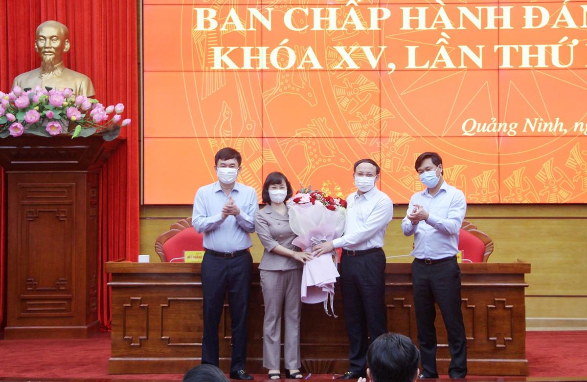 Tân Phó Bí thư Tỉnh ủy Quảng Ninh Trịnh Thị Minh Thanh nhận hoa chúc mừng từ Thường trực Tỉnh ủy Quảng Ninh