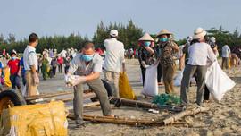 Thu gom 100 tấn rác trên khu vực bờ biển Long Điền