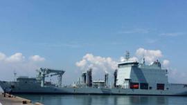 Đà Nẵng: Tàu Hải quân Hoàng gia Canada treo cờ rủ Việt Nam khi cập cảng Tiên Sa