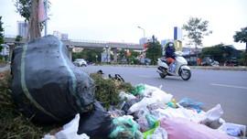 """Hà Nội: Rác thải """"bủa vây"""" tuyến đường Hồ Tùng Mậu"""