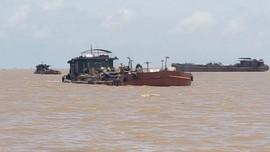Hải Phòng: Bắt giữ 5 tàu hút cát trái phép trên cửa sông Văn Úc