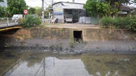 Đà Nẵng: Kiểm tra thực tế kênh nổi váng nghi do nhiễm dầu thải