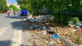 Hà Nội: Vỉa hè biến thành bãi tập kết rác thải tự phát