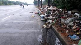 Hà Nội: Ai chịu trách nhiệm khi rác tồn đọng gây ô nhiễm trên Đại lộ Thăng Long?