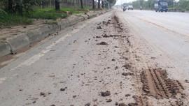Nghi vấn công trình xây dựng gần hầm chui Đại lộ Thăng Long xả bùn đất ra đường