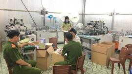 Phát hiện một cơ sở sản xuất khẩu trang trái phép tại TP.Hạ Long