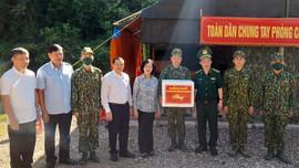 Đồng chí Trương Thị Mai, Trưởng Ban Dân vận Trung ương thăm, động viên và tặng quà cán bộ, chiến sĩ BĐBP Cao Bằng