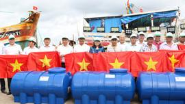 """Thứ trưởng Lê Minh Ngân phát động Lễ ra quân hưởng ứng """"Chiến dịch làm cho thế giới sạch hơn"""" năm 2020 và trao quà cho ngư dân Bà Rịa - Vũng Tàu"""
