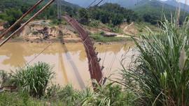 Quan Hóa (Thanh Hóa): Cầu treo hư hỏng nặng, dân bất chấp nguy hiểm qua sông bằng đò