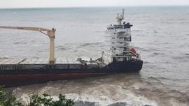 Phát hiện tàu chở hàng nước ngoài trôi dạt dưới chân núi Hải Vân