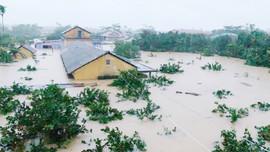 Xót xa cảnh nước lũ dâng tận nóc nhà ở Thừa Thiên Huế