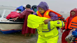 Ấm lòng cảnh công an vượt lũ đưa người dân đến nơi an toàn