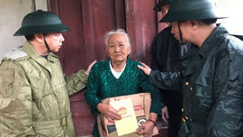 Quân khu 4 hỗ trợ người dân Thừa Thiên Huế bị ảnh hưởng do mưa, lũ