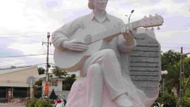 Tượng nghệ thuật nhạc sĩ Trịnh Công Sơn nằm bên bờ biển Quy Nhơn
