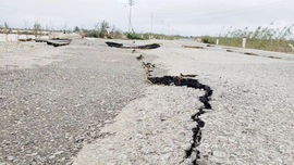 Sau mưa lũ, mặt đường ở Huế tan nát, hư hỏng nặng