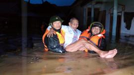 Kịp thời di dời 14 người bị ngập nước tại huyện miền núi A Lưới đến nơi an toàn trong đêm
