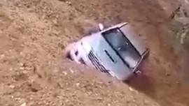 Sơn La: Sạt lở núi vùi lấp 1 xe bán tải