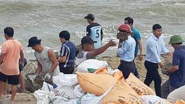 Huế: Đắp 1.000 bao cát chống sạt lở bờ biển