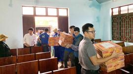 Trao hàng trăm suất quà cho người vùng lũ tại Thừa Thiên Huế