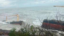 """""""Tàu lạ"""" ở Huế bị đánh gãy, có hiện tượng tràn dầu"""