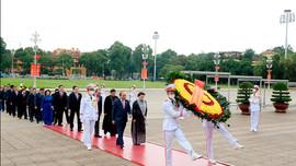 Lãnh đạo Đảng, Nhà nước, và các ĐBQH vào Lăng viếng Chủ tịch Hồ Chí Minh trước khai mạc Kỳ họp thứ 10, Quốc hội khoá XIV