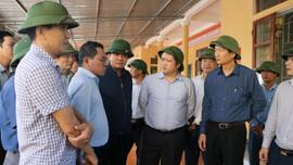 Hà Tĩnh: Tranh thủ thời tiết nắng ráo, người dân tập trung cứu lúa