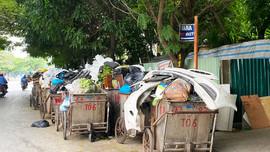Sáng 26/10, nhiều tuyến phố Hà Nội vẫn ngập trong rác thải