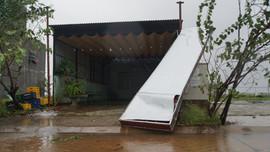 Tâm bão Quảng Ngãi: Mưa lớn, gió rít liên hồi, khắp nơi bảng hiệu và tôn bị gió cuốn