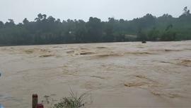 Hà Tĩnh: Nhiều trường cho học sinh nghỉ học do mưa lũ