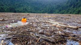 Sạt lở Trà Leng: Tạm dừng tìm kiếm nạn nhân mất tích trên sông vì lượng rác khổng lồ