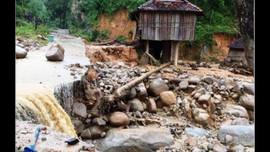 Quảng Ngãi: Lũ quét kèm sạt lở núi, suýt cuốn trôi cả ngôi làng