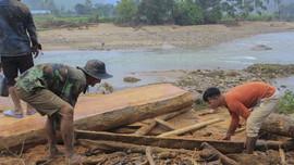Hàng trăm khối gỗ khai thác trái phép theo lũ đổ về vây kín chân cầu ở Quảng Ngãi