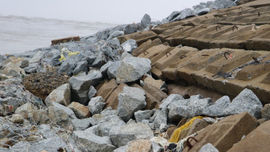 """Hà Tĩnh: Hàng trăm hộ dân sống """"thấp thỏm"""" sau đoạn đê biển bị sạt lở"""