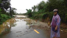 Nước lũ lên nhanh, các huyện miền núi tỉnh Bình Định nhiều vùng bị ngập sâu