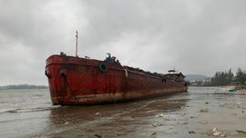 Quảng Ngãi: 4 xà lan đứt neo trôi dạt trên biển, tiềm ẩn nguy cơ sự cố tràn dầu