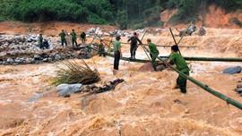 Công an dầm mình trong nước xiết làm cầu tạm vào vùng cô lập