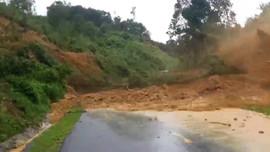 Khoảng khắc đất đá sạt lở ầm ầm, 1 người mất tích ở Quảng Nam