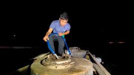 Hút 10 tấn dầu trên tàu vận tải bị nạn ở vùng biển Quảng Ngãi tránh sự cố môi trường