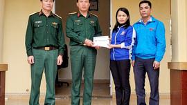 """Quảng Trị: Trao huy hiệu """"Tuổi trẻ dũng cảm"""" cho thanh niên cứu 3 người thoát chết trong mưa lũ"""