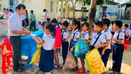 """Bình Định: Ngày hội """"Đổi rác tái chế lấy đồ dùng học tập"""""""