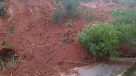 Nam Trà My lại sạt lở núi, đất đá trút xuống chia cắt Quốc lộ 40B