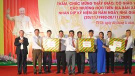 Thường trực Ban Bí thư Trần Quốc Vượng chúc mừng các thầy cô giáo tại xã Tú Lệ, huyện Văn Chấn